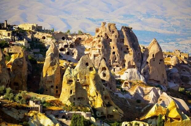 В турецкой Каппадокии многоквартирные дома выдалбливали прямо в скалах / Фото: funart.pro