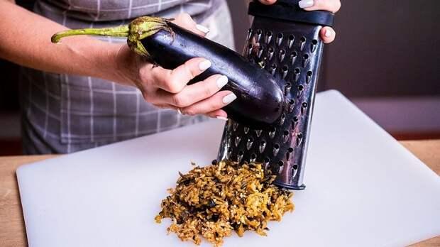 Натираем баклажан на терке и готовим ресторанную запеканку без муки: добавляем полстакана кефира и яйцо