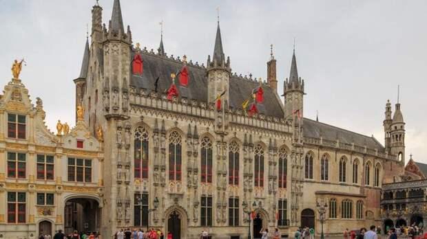 Обязательно стоит посмотреть на ратушу Брюгге