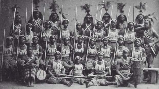 В западноафриканском королевстве Дагомея существовало воинское формирование целиком состоящее из женщин. Многие французские солдаты поначалу отказывались стрелять в этих амазонок, из-за чего несли большие потери исторические факты, история, факты, человечество