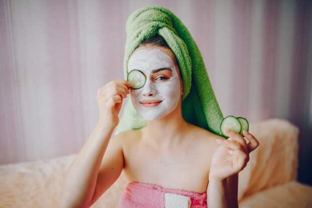 girl-with-face-mask-1024x683 4 эффективные домашние маски для жирной кожи