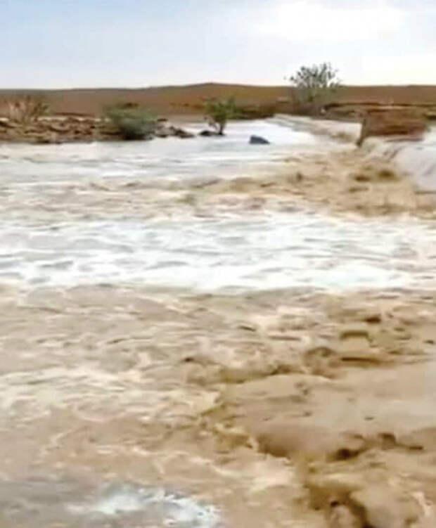 В Саудовской пустыне появился водоворот, в который с поверхности уходит вся вода: видео