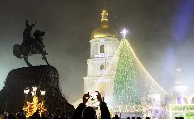 Украинских детей поздравляют Дед Мороз-АТОшник и Снегурочка-трансгендер