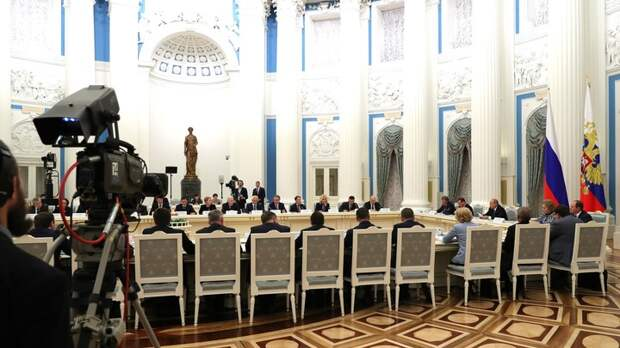 Им не законы, а лекарства принимать надо: Делягин о правительстве Медведева