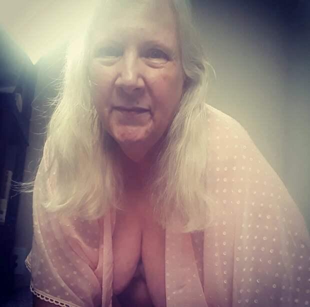 Шаловливая вдова: 64-летняя пенсионерка начала продавать свои фотки насайте для взрослых