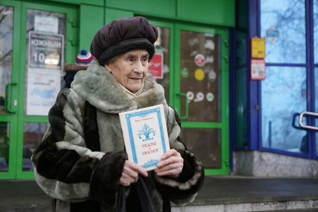 В Екатеринбурге 88-летняя бабушка продавала свои сказки на морозе, чтобы поставить на ноги внучку