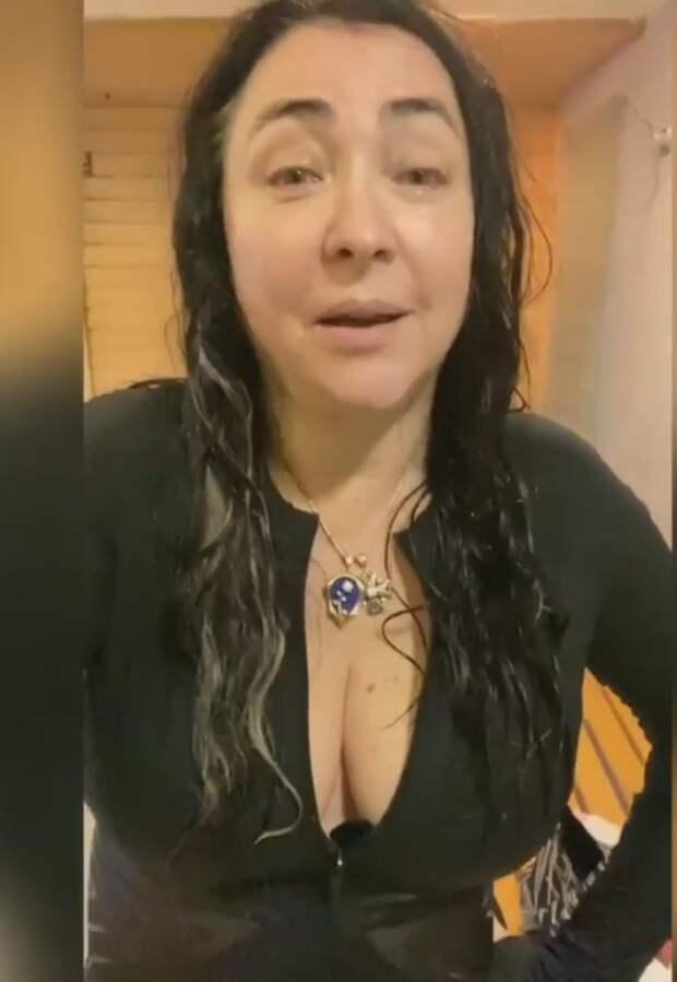 Похудевшая Лолита Милявская показала фигуру в купальнике с глубоким декольте