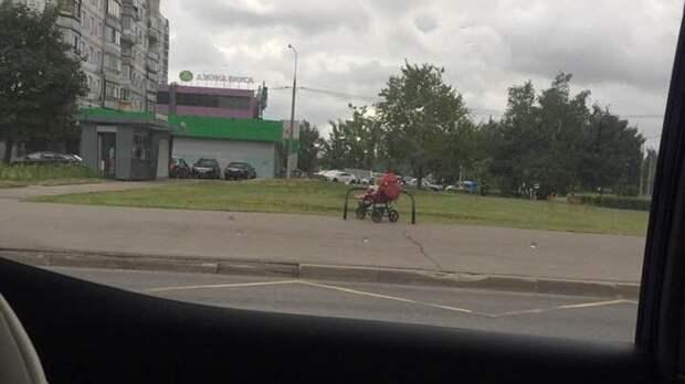На улице Генерала Глаголева ребёнка в коляске бросили на велопарковке