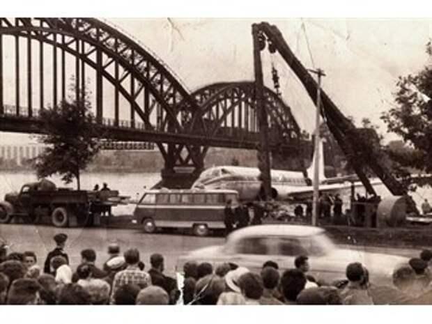В августе 1963 года буксиры тащили по Неве серебристый пассажирский лайнер. Что же случилось?