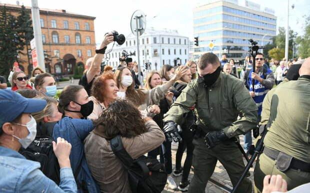 Белорусский ремейк: Дамы с кастрюлями бросались на российских журналистов
