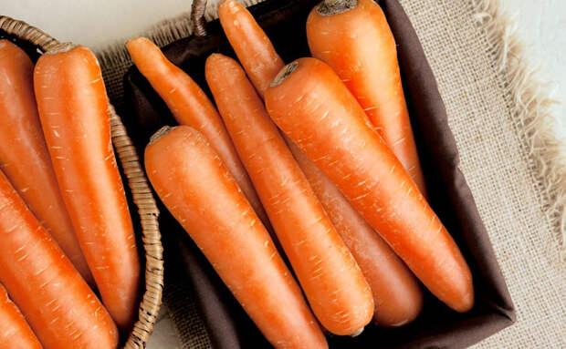 Морковь залежалась и перестала хрустеть. Возвращаем хруст с помощью воды и половины картофелины