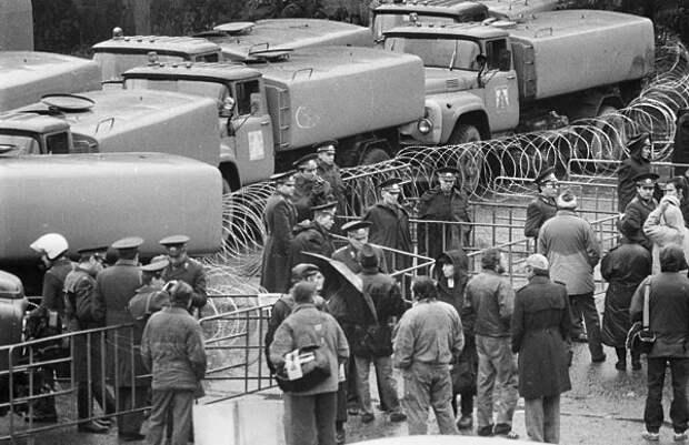 Оцепление с поливальными машинами, сентябрь 1993 г.