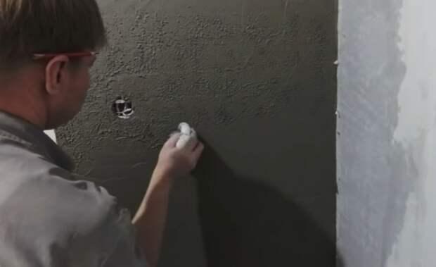 С помощью полиэтиленового пакета сделать поверхность плиточного клея фактурной. | Фото: youtube.com/ © #Твойдом.