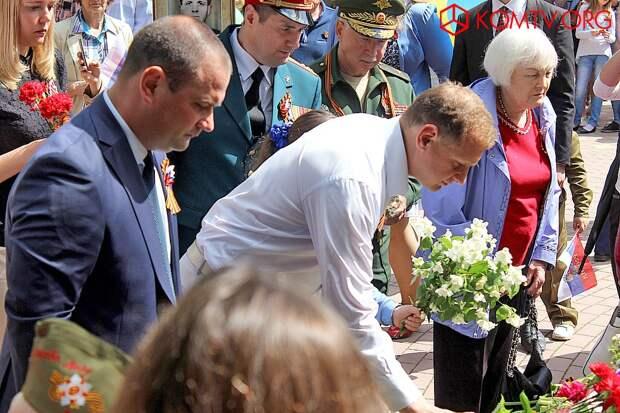 Цветы к Вечному огню возлагают руководители города Владимир Титаренко и Сергей Фомич.