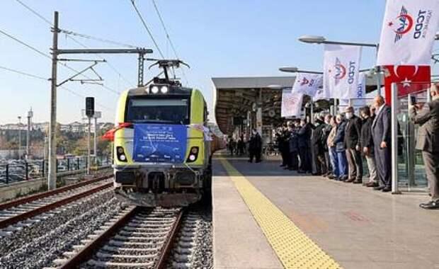 На фото: первый грузовой поезд, который доставил груз из Стамбула в Сиань
