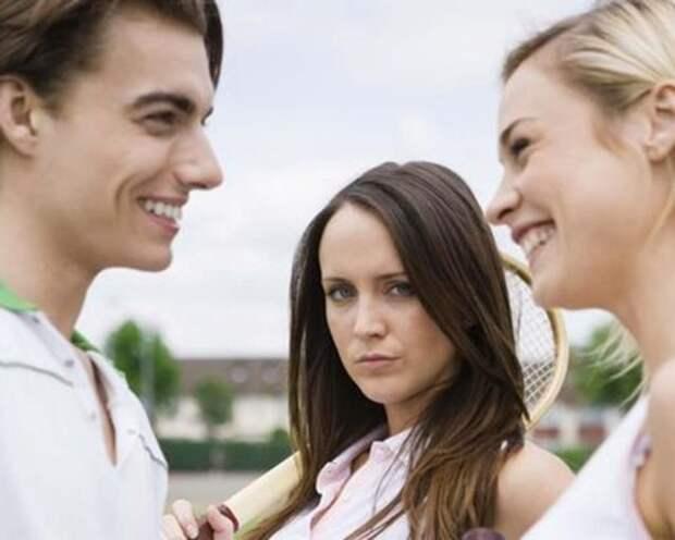 девушка ревнует парня к блондинке, с которой он общается