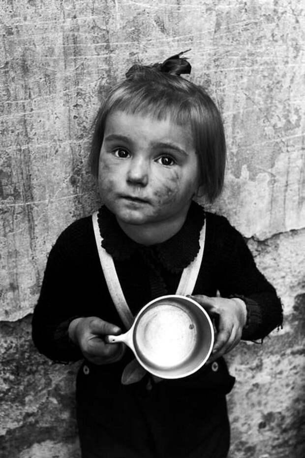 Австрия, Вена, 1948 год - Девочка из детского сада с пустой кружкой в ожидании порции молока