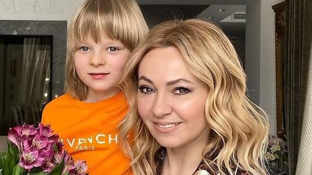 Без длинных волос: новую прическу сына Рудковской бурно обсуждают в Сети