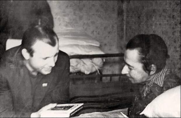 Мария Константиновна Циолковская (Костина) и Юрий Алексеевич Гагарин.