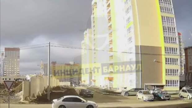 Следователи рассказали подробности падения женщины с балкона многоэтажки в Барнауле
