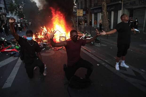 Акция протеста в Париже, июнь 2020 года AP Photo/Michel Euler
