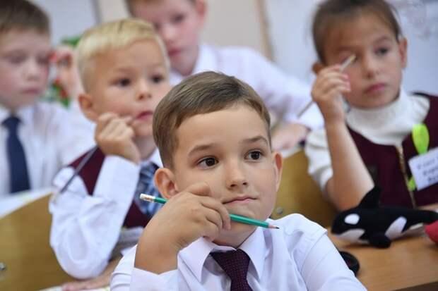 """Министерство просвещения хочет """"привязать"""" зарплаты педагогов к средним по региону"""