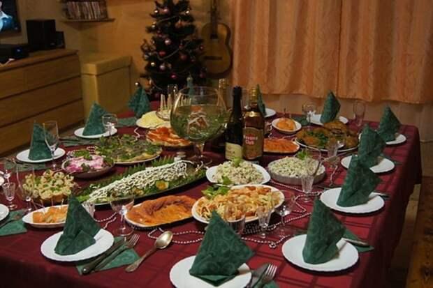 Как украсить новогодний стол – 2021: оформление блюд и декор стола