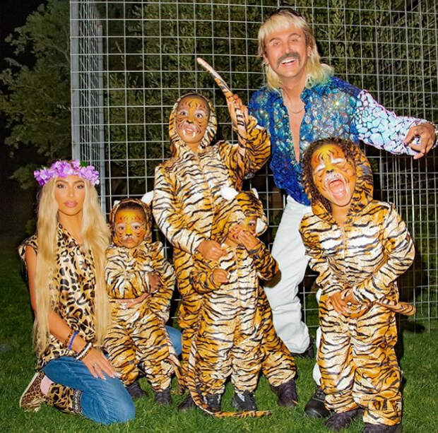 ким кардашьян с детьми в леопардовых костюмах