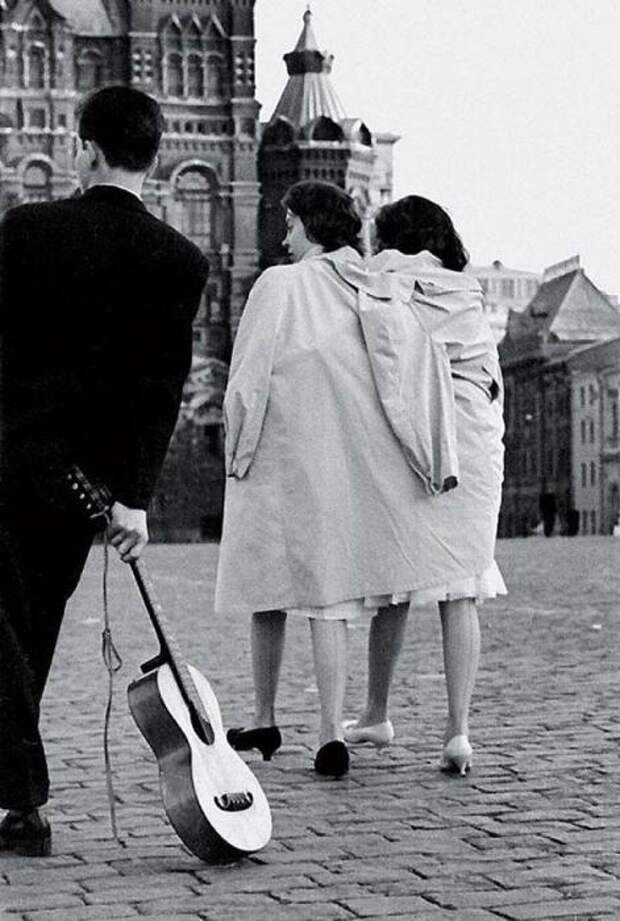 Как встречали рассвет выпускники в 1950-е годы. СССР, Москва. Автор фотографии: Юрий Кривоносов.