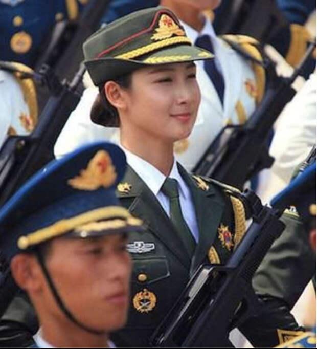 Модель с внешностью фарфоровой куклы оказалась солдатом из китайской армии