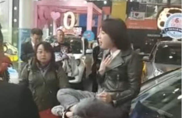 Китаянка устроила сидячую забастовку на капоте Мерседеса