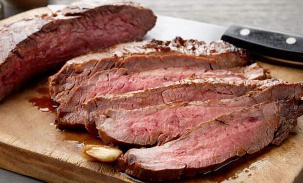 Берем жесткий кусок мяса и делаем из него таящий во рту стейк