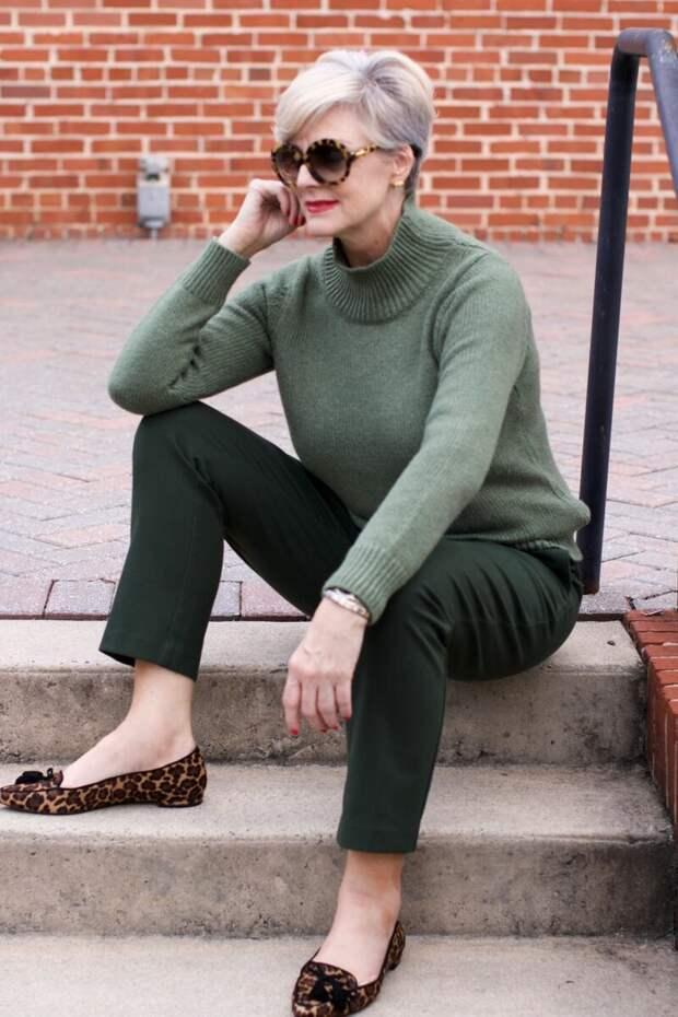 Взрослая женщина в свитере зеленого оттенка. /Фото: i.pinimg.com