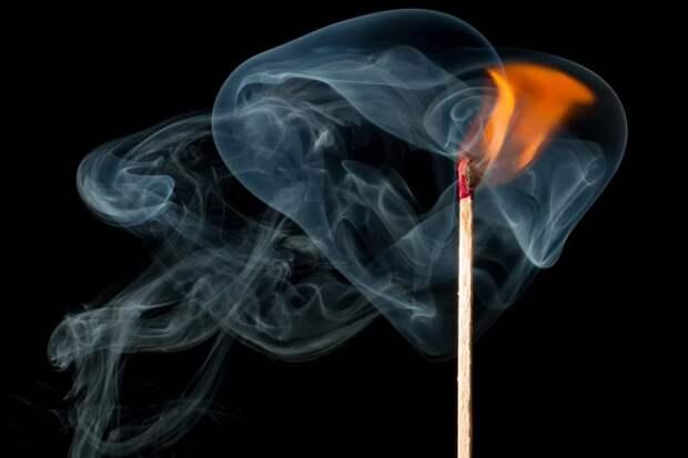 Пожарные потушили огонь в кинолаборатории на Лиственничной аллее