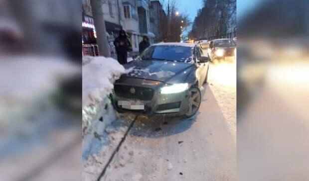 Случился сердечный приступ: вЕкатеринбурге водительJaguar умер зарулем
