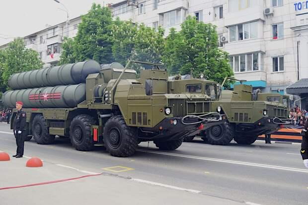 БТРы, танки и ракетные комплексы перебросили в Симферополь