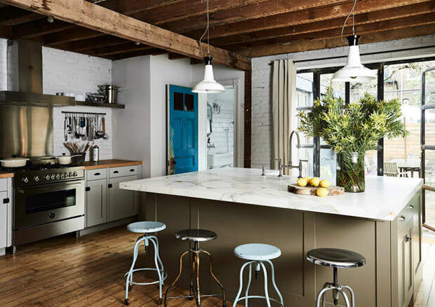 Потрясающий домик в Бруклине. Старый дом с ярким решением под крышей