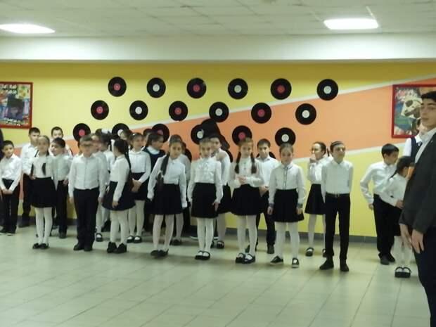 Оранжевые стены школы номер 8 города Беслана