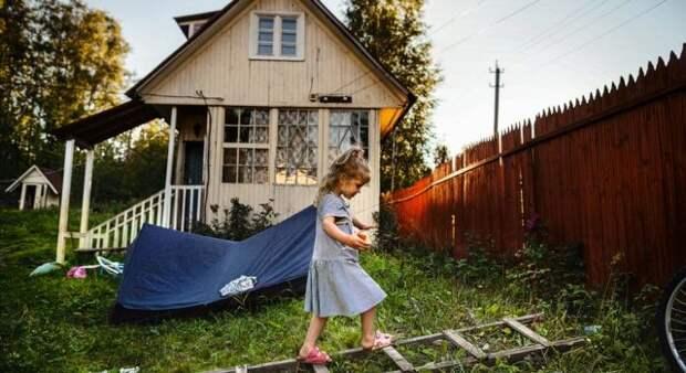 девочка гуляет на даче