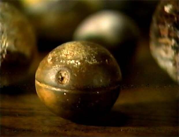 Кроме того, конкреции лимонита обычно встречаются группами, как скопления слипшихся мыльных пузырей. Они обычно не бывают изолированными и идеально круглыми, как в случае с рассматриваемыми объектами. Обычно они не появляются с параллельными бороздками, окружающими их.