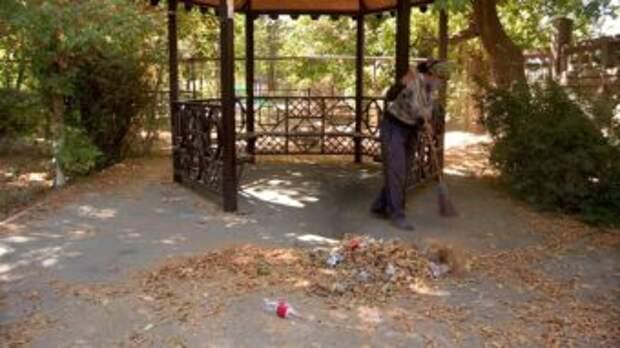 Шымкентцы жалуются на студентов: «Бросают окурки, плюют, мусорят во дворах»