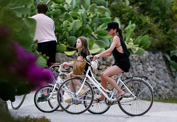 Велопрогулки, ужины при свечах и игра в футбол: как проходят каникулы семейства Бекхэм в Италии