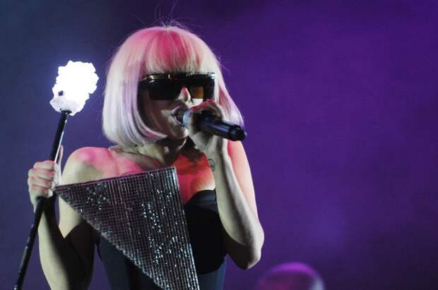 Леди Гага открыла выставку сценических нарядов
