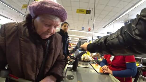Отоварившая банковскую карту из сугроба старушка взбудоражила соцсети