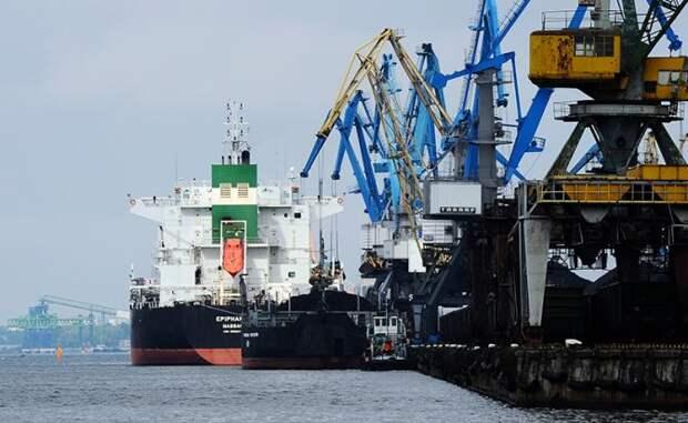 На фото: вид на Рижский торговый порт, Латвия