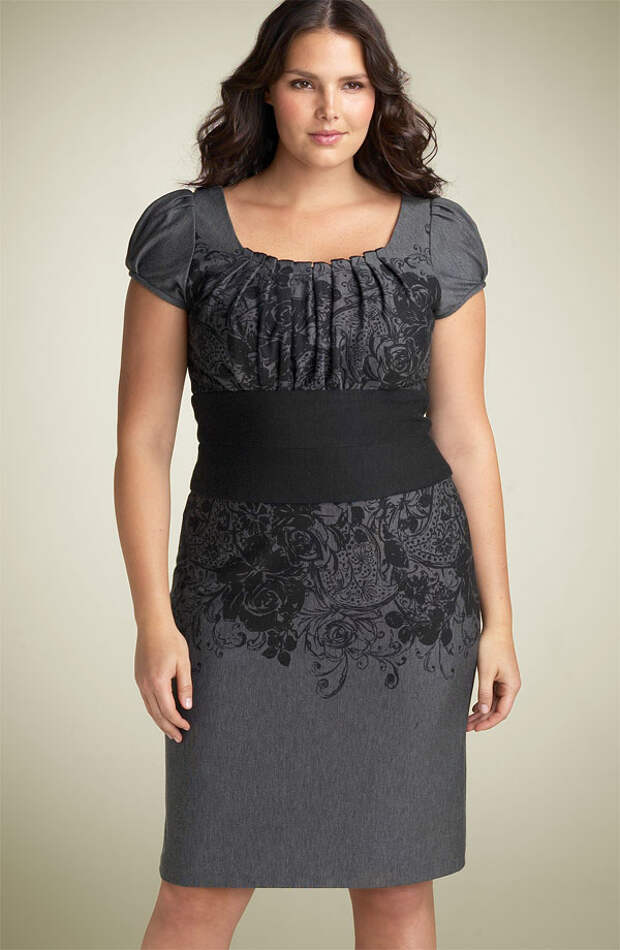 На модели серое платье миди длины с эластичным поясом