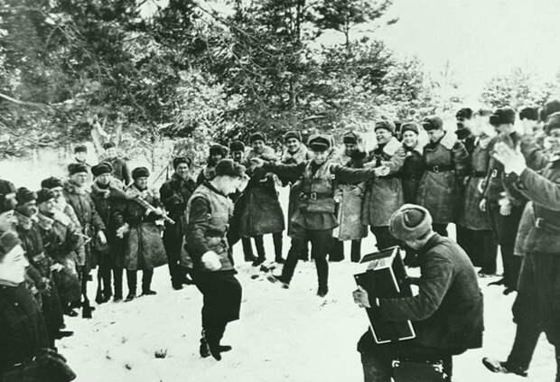 Советские военнослужащие отдыхают недалеко от переднего края во время битвы за Москву. декабрь 1941. Автор: Иван Шагин Великая Отечественная война, Советский народ, история