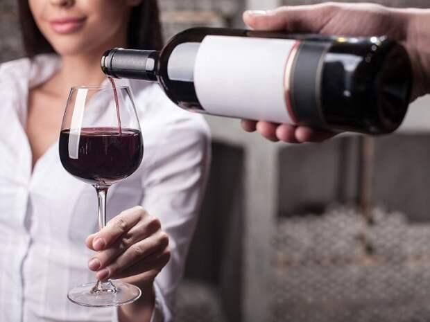 Официанты постоянно подливают вино, чтобы бутылка быстрее закончилась. / Фото: subscribe.ru
