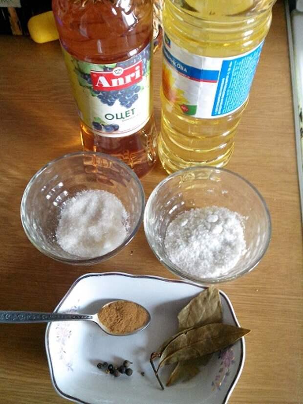 Ингредиенты: Белый гриб 1кг, столовая ложка сахара, 2 столовые ложки соли, чайная ложка корицы, три гвоздички, душистый перец горошком, 3 лавровых листика.