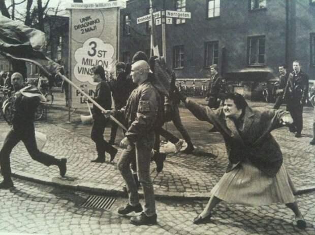 Шведка ударила сумкой протестующего неонациста